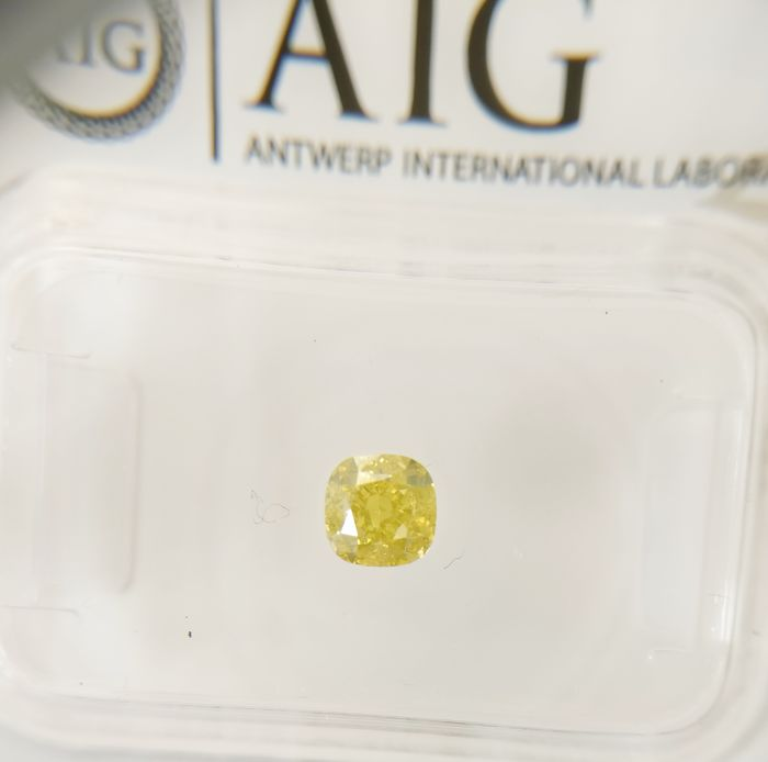 0.50 ct Cushion cut diamond Fancy Intense Yellow SI1