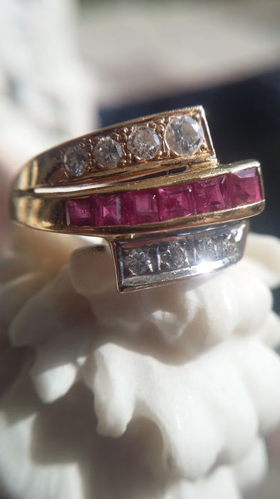 750/1000 yellow gold ring with ruby ​​and diamonds; Ring size: 51 (Ø 16.2 mm)