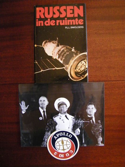 Signed book RUSSEN IN DE RUIMTE, photo of the Apollo-Soyuz crew, sticker
