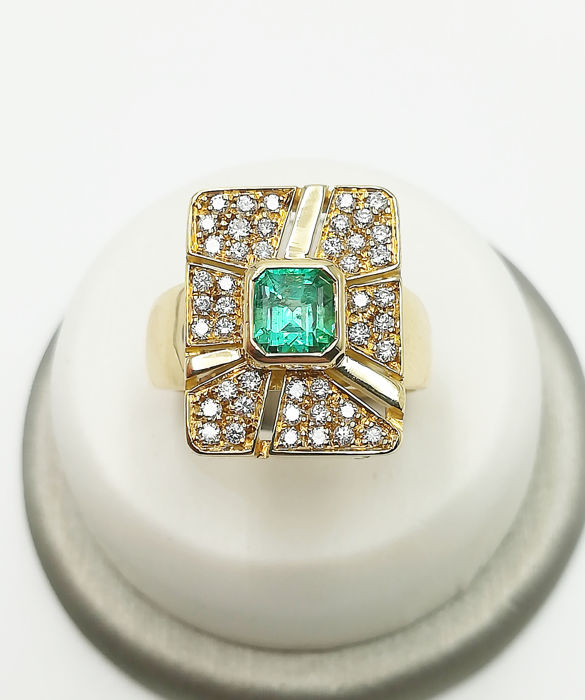 18 kt yellow gold ring with 5x5 mm emerald and brilliant cut diamonds, 0.22 ct, COLOUR G VS, size 14, weight: 13.10 g