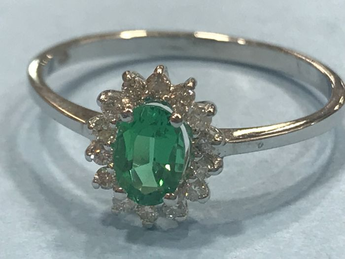 18 kt white gold cocktail ring with emerald and diamonds - Number 16 Universal (Spain)