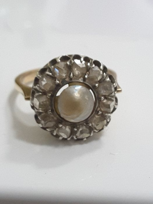 Distinctive ring with round gallery under a natural pearl and 10 old cut diamonds