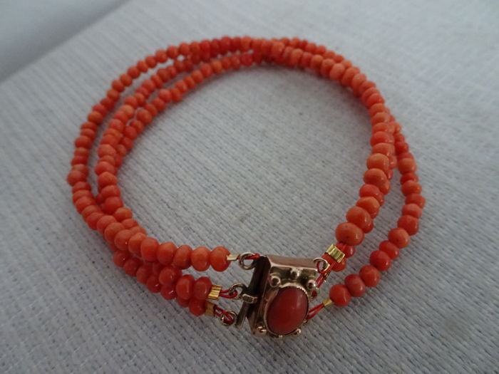 Fine 3-row precious coral bracelet with a 14 kt gold clasp with a precious coral in it