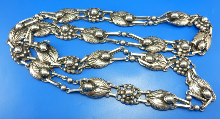 Georg Jensen necklace with leaves and berries van 1920
