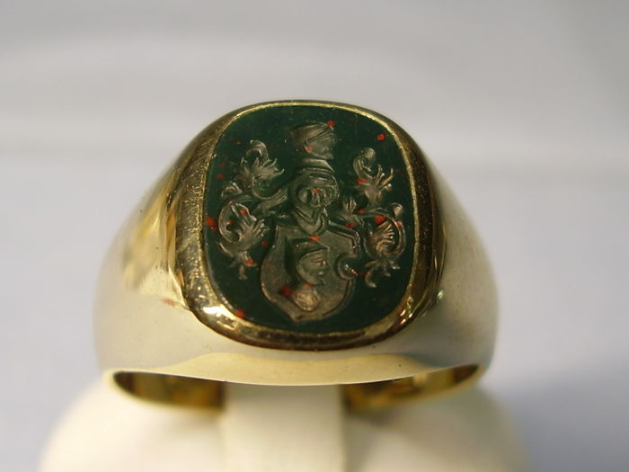 Antique 14 kt gold ring with hand-cut aristocratic coat of arms in blood jasper weighing 4 ct.