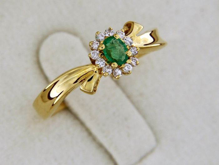 18 kt yellow gold. Ring. Emerald, diamonds. Ring size: 54 - easily resized -
