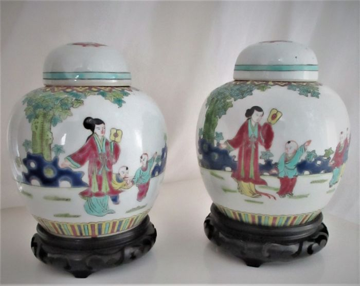 A set of Chinese ginger jars on stand - China - c. 1960