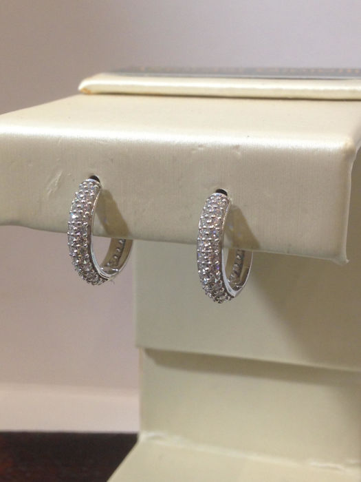 Earrings in 18 kt gold with pavé of diamonds totalling 1.00 ct