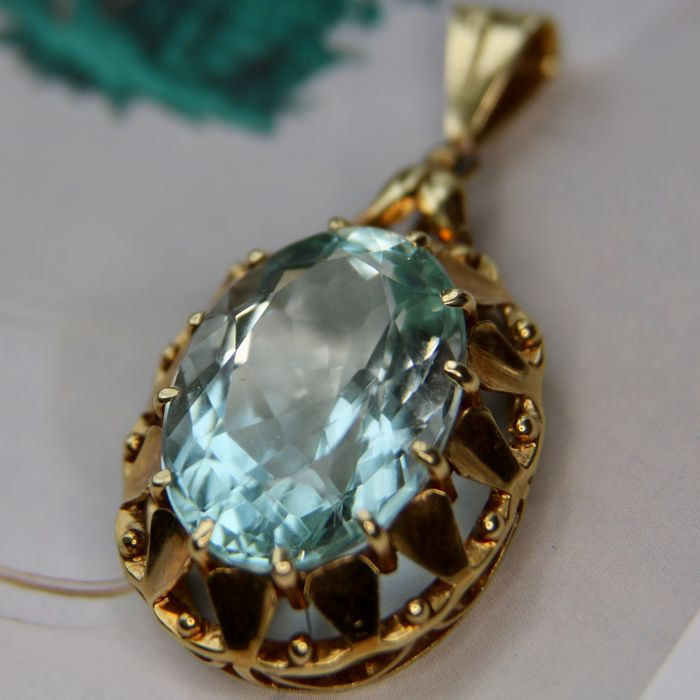 pendant 11.1gr with an extra large faceted blue Aquamarine approx. 17.7 Ct. ( 21.6x14.8x10.9 mm) in excellent state.