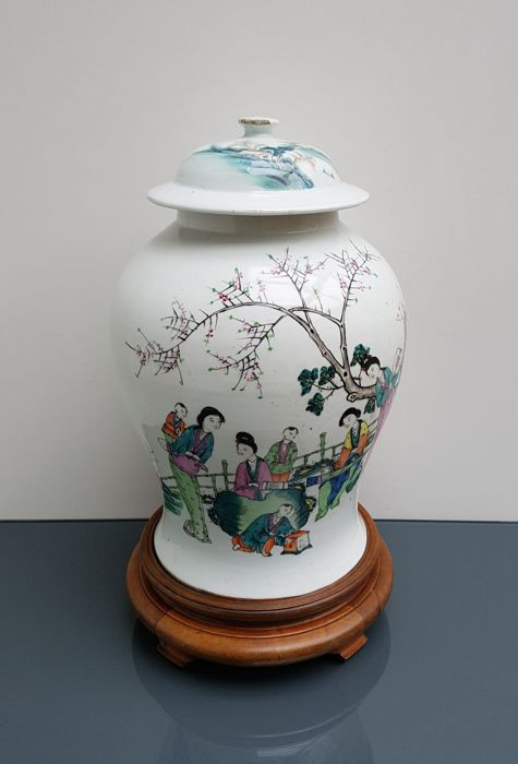 Polychrome porcelain famille rose vase with lid - China - 1920/1930