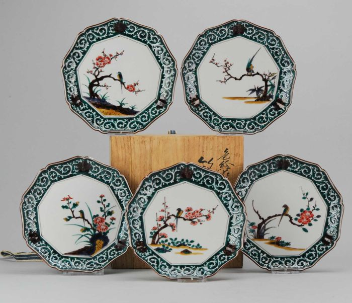 A set of 5 Kutani plates in wooden box  - Japan - 19th / 20th century Meiji / Taisho period