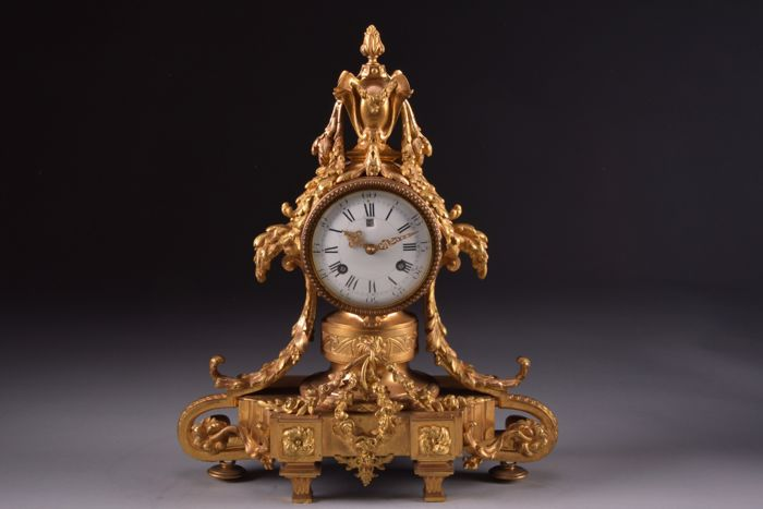 Imposing, beautiful and rare fire-gilded bronze Lous XVI style French pendulum clock with date indication - France, approx. 1860