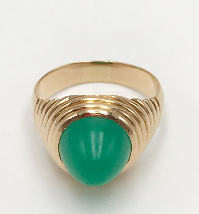 18 kt yellow gold ring with green jade gem, size 16, total weight: 8.13 g