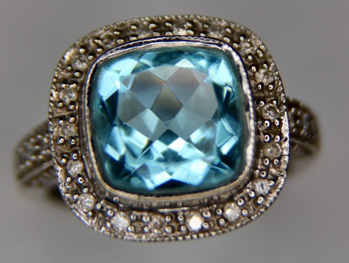 White gold ring decorated with natural excellent Aquamarine approx. 4.5Ct.and entourage of old cut diamonds.