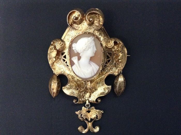 Brooch- cameo and Baroque ornaments, 18k yellow gold, France 1750-1800.
