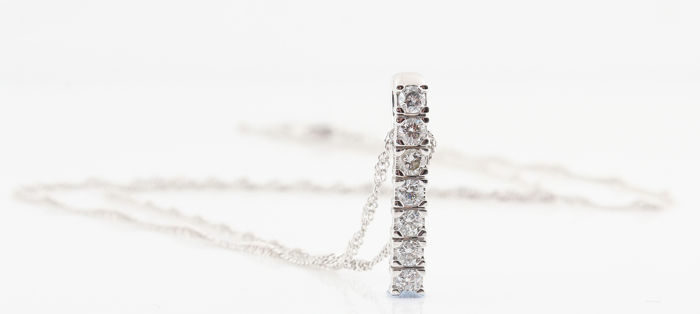 14 kt white gold diamond pendant with necklace / 7 diamonds G-H VS1-VS2, in total: 0.50 ct / weight: 4.00 g / pendant size: 22 x 5 x 3 mm