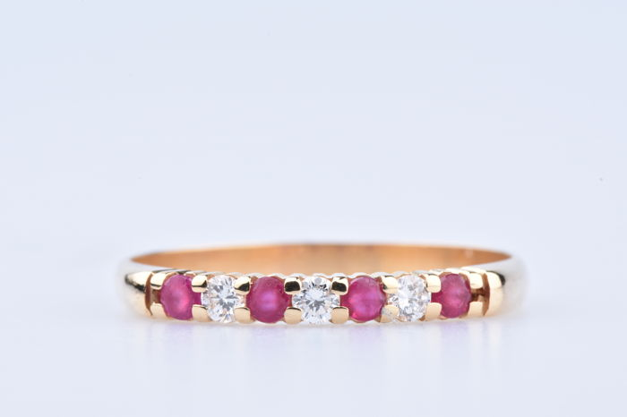 Yellow gold ring of 18 kt sets with 3 diamonds (brilliant cut) and 4 rubies - Ring size EU: 57
