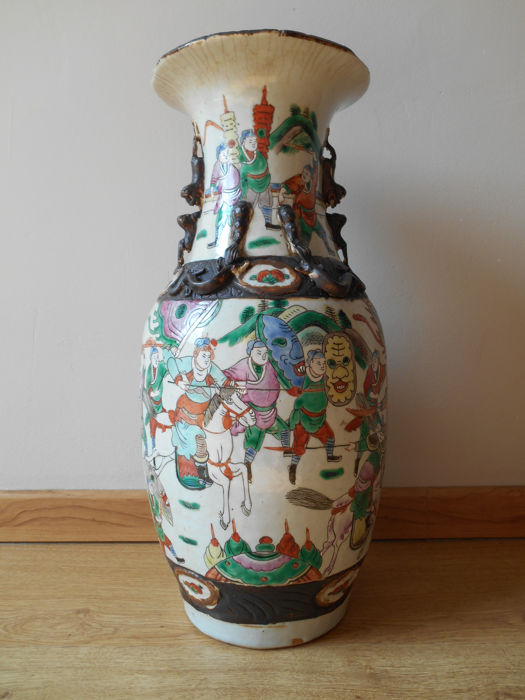 A large porcelain Nanking vase with battle scenes - China - late 19th century