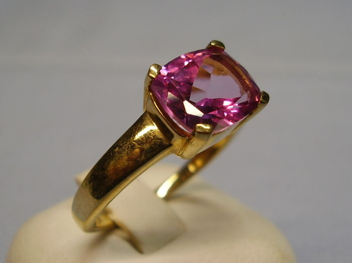 Gold 9 karat ring with faceted pink topaz in antique cut of 2.5 ct.