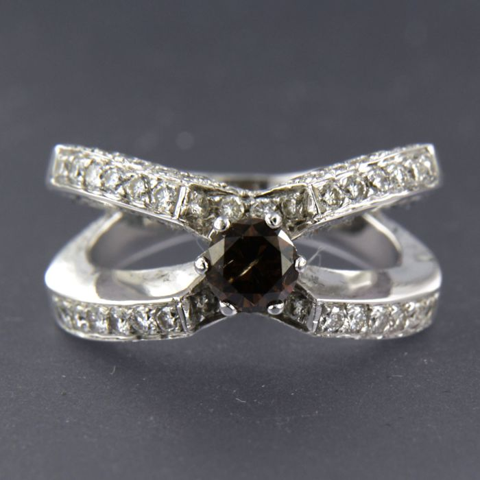 18 kt white gold ring set with 0.55 carat champagne-coloured brilliant cut diamond and 72 brilliant cut diamonds, approx. 1.27 carat in total