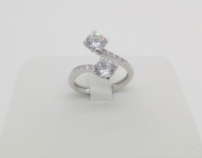 Contrarié ring with natural diamonds totalling 0.72 ct, F/VVS, 18 kt gold