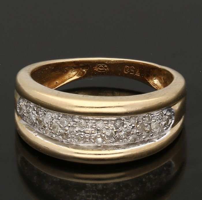 18 kt - Yellow gold band ring set with 30 diamonds, pavé set in white gold - Ring size: 16 mm - NO RESERVE
