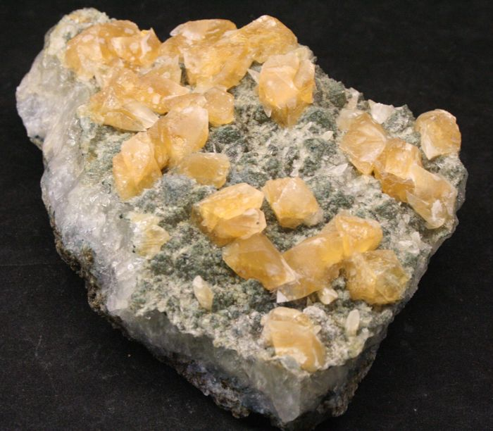 UV active gold-coloured Calcite Double horizon - twin crystals on quartz 20 x 13 x 7 cm - 1770 grams