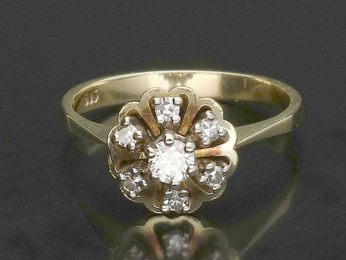 14 kt - Yellow gold rosette ring set with 1x 0.22 ct brilliant cut diamond and 6x 0.02 ct brilliant single cut Ring size 18.25 mm