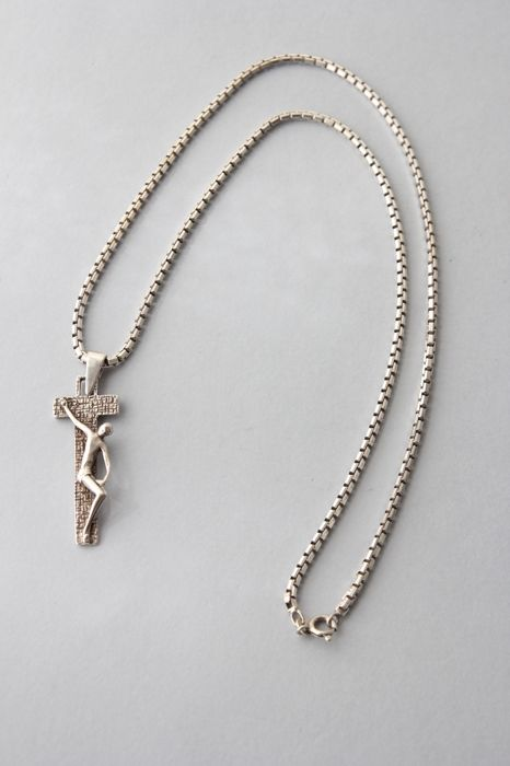 Stunning silver necklace with silver crucifix, marked 925/1000