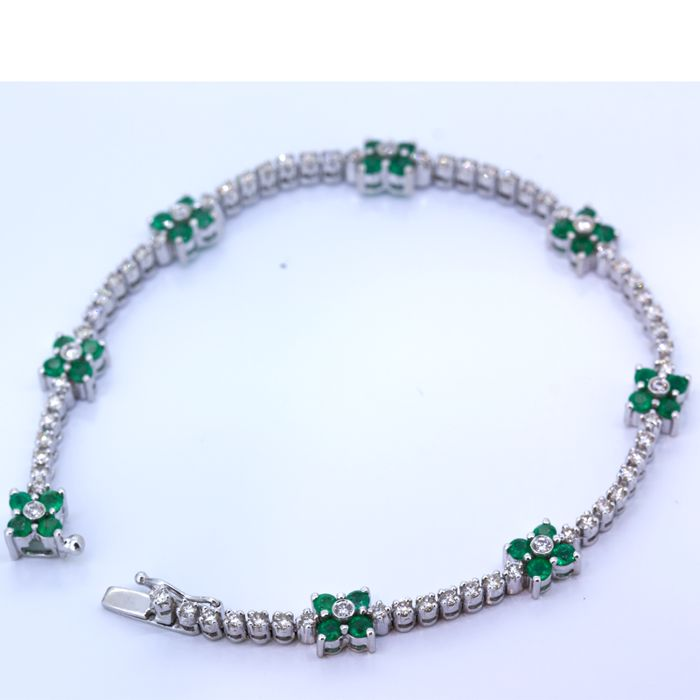 Gold tennis bracelet with brilliants and emerald