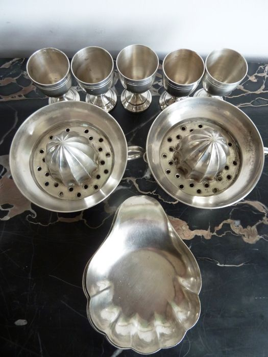 Silver plated restaurant tableware: 2 x juicer, 5 x egg cup, 8 x finger-bowl