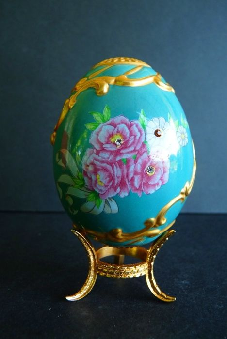 House of Fabergé - Collector's egg 'Winter Palace Rose' - Porcelain - Rhinestones - 22K gold paint - (9.5 cm / 60 g)