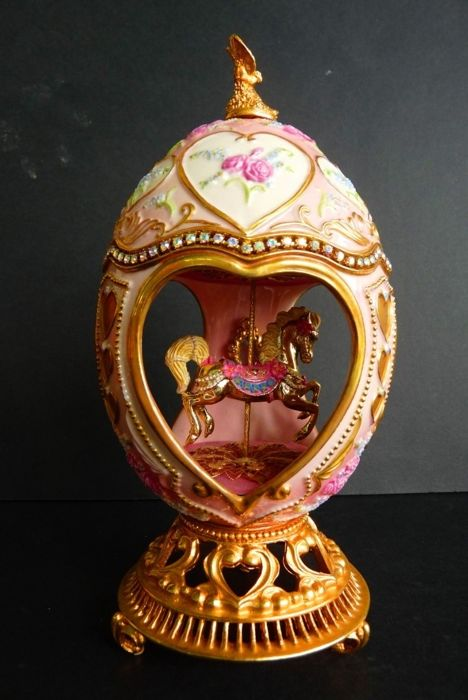 House of Fabergé - Collector Carrousel Egg - Porcelain - Swarovski Rhinestones - 24K Gold plated finish - ( 18 cm / 400 g )