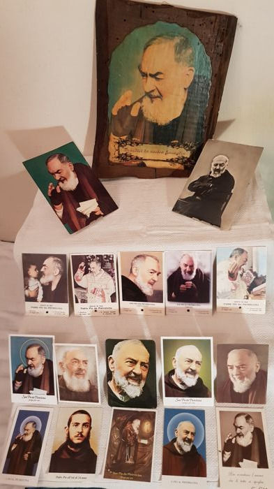 Padre Pio, interesting lot with several items - 5 relics, large wooden picture, holy pictures and postcards