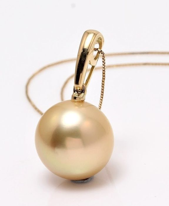 NO RESERVE PRICE - 18 kt. Yellow Gold- 12.8mm Round Golden South Sea Pearl - Necklace with pendant