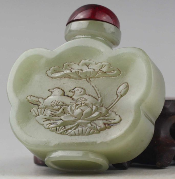 A hardstone snuff bottle with life scene - China - late 20th century