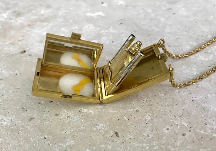 Art Deco pendant necklace in the shape of a small, gold-plated clutch