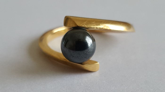 Cocktail ring in 18 kt (750) yellow gold, with hematite bead measuring 6 mm in diameter, size: 50/51
