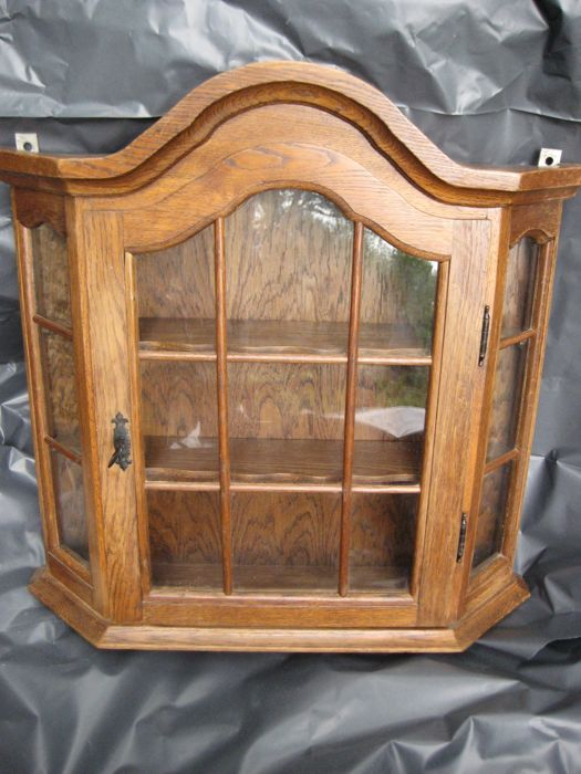Oakwood cabinet with 2 shelves to be hung up on the wall