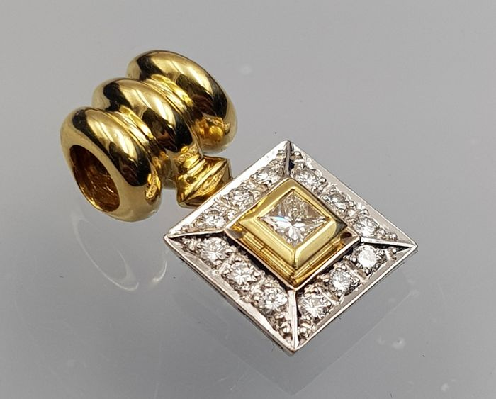 Pendant made in white and yellow gold of 18 kt, with 13 diamonds of 0.46 ct in total One central of 0.28 ct and 12 around it, of clarity VS and colour H