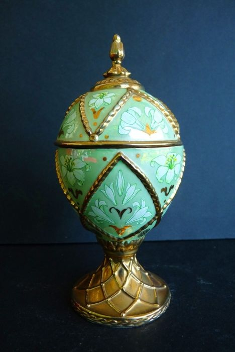 House of Fabergé - 'Madonna Lily' Collector Egg - Music box - Porcelain - Gilded with fine gold