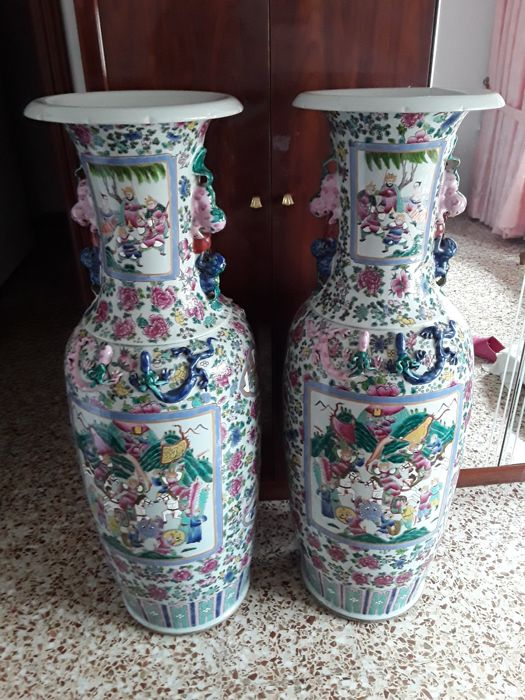 Famille Rose pair of vases measuring 1.23 cm - China - end of the 20th century.