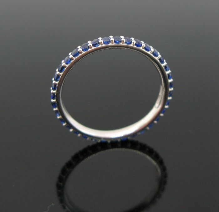 18 kt White gold eternity ring set with 35 sapphires round-cut ct 0,70 tot. Ring size 51 (11)