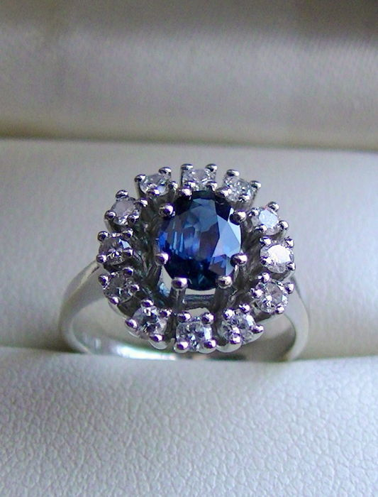 Sapphire ring with 0.40 ct brilliant in 585 white gold, oval form. Ring size: GER 15.8