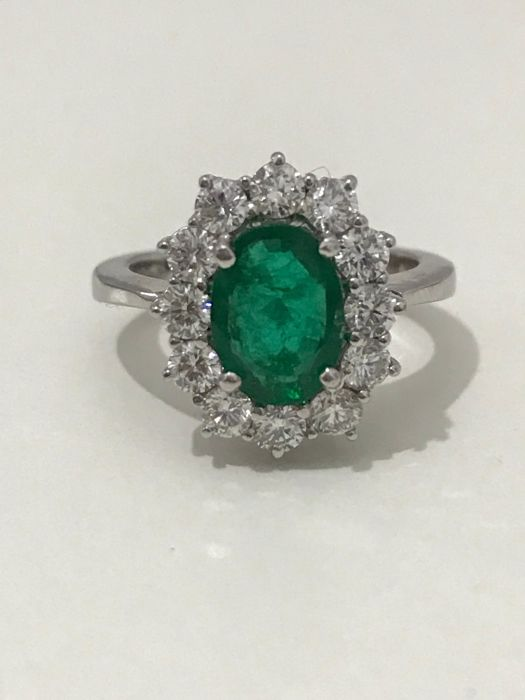 18 kt gold ring with emerald and brilliant cut diamonds