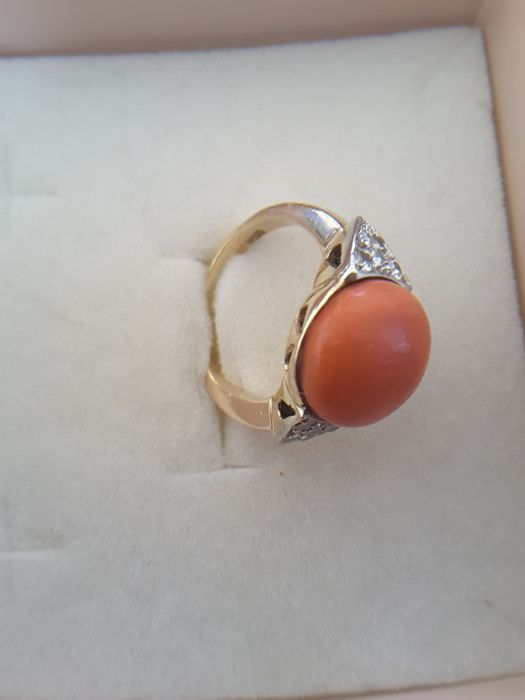 Natural Italian coral ring round shape coral diameter 1.04, surrounded by 2 triangles embedded in old hollow cut diamonds.  The massive structure makes it also suitable for a man. it is crafted in coral typical of the 1950s and yellow gold.