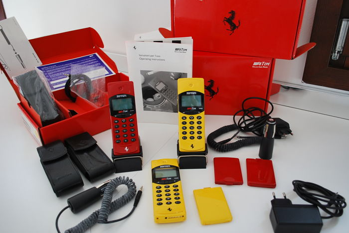 Ferrari - Lot consisting of 3 FERRARI F10 vintage mobile phones - with box and accessories - 1995