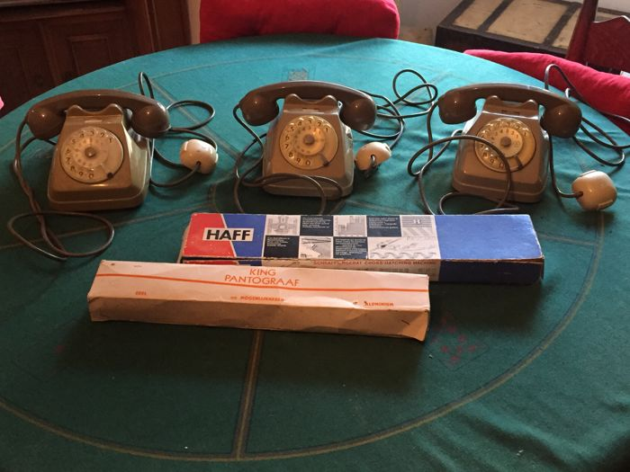 Vintage objects for the office - 1960s - three SIP Bigrigio B62 phones
