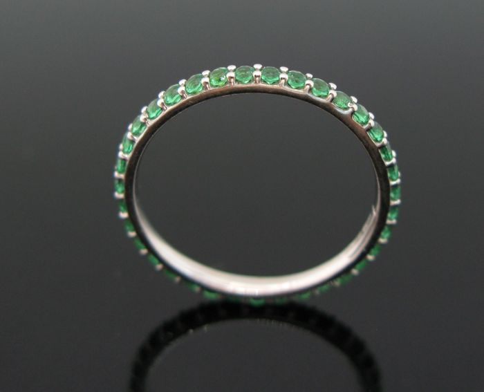 18 kt White gold eternity ring set with 35 emeralds round-cut ct 0,70 tot. Size 52 +++ no reserve price +++