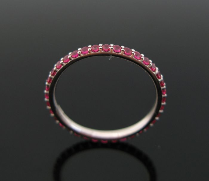 18 kt White gold eternity ring set with 35 ruby round-cut ct 0,70 tot. Size 52 +++ no reserve price +++